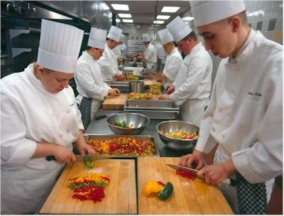 Conoce los diversos puestos de chef en la cocina - Cocinas chef ...