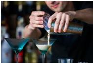 servir-clientes-bartender Lo que necesitas para ser un bartender profesional