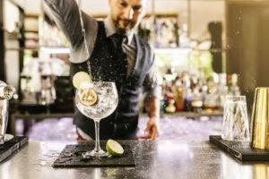 gediscovery-bartender-profesional-trabajo-300x200 Cómo convertirte en un bartender con estos simples consejos