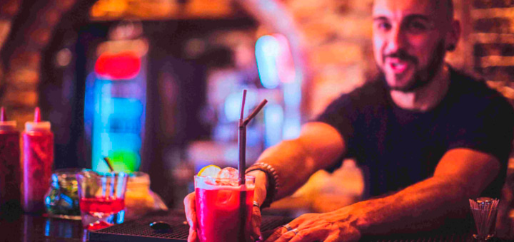 Aprende a tratar con clientes difíciles al trabajar como bartender profesional