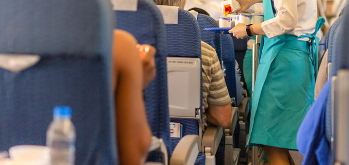 ¿Cómo luce el uniforme de los tripulantes de cabina?